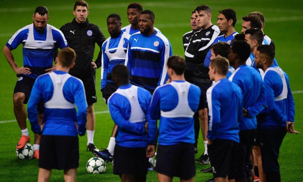 DRO UTEN FLERE STJERNER: Her trener Leicester-spillerne på Dragao stadion i Portugal i går kveld. Engelskmennene lar stjerner som Jamie Vardy og Riyad Mahrez hvile i oppgjøret mot Porto, og det kan bety dårlig nytt for FC København. Foto: AFP / MIGUEL RIOPA / NTB Scanpix
