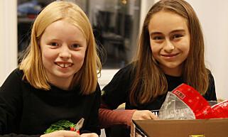 LAGER SELV: Miljøagentene Vilde og Vårin lager smykker som de skal gi i julegaver.