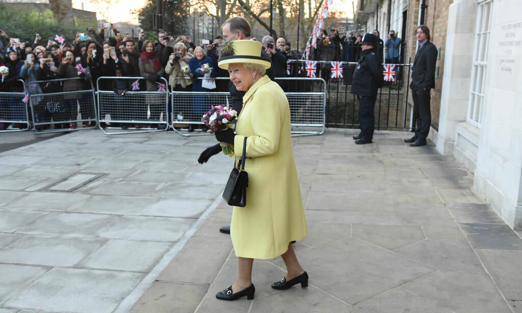 FORETRUKKET: Selv om de aller fleste trolig gjerne skulle sett den britiske dronninga i en julegenser, er det slik hun ofte viser seg. Dronninga har ofte matchende antrekk, hvor alle plaggene er i samme farge. Foto: NTB scanpix