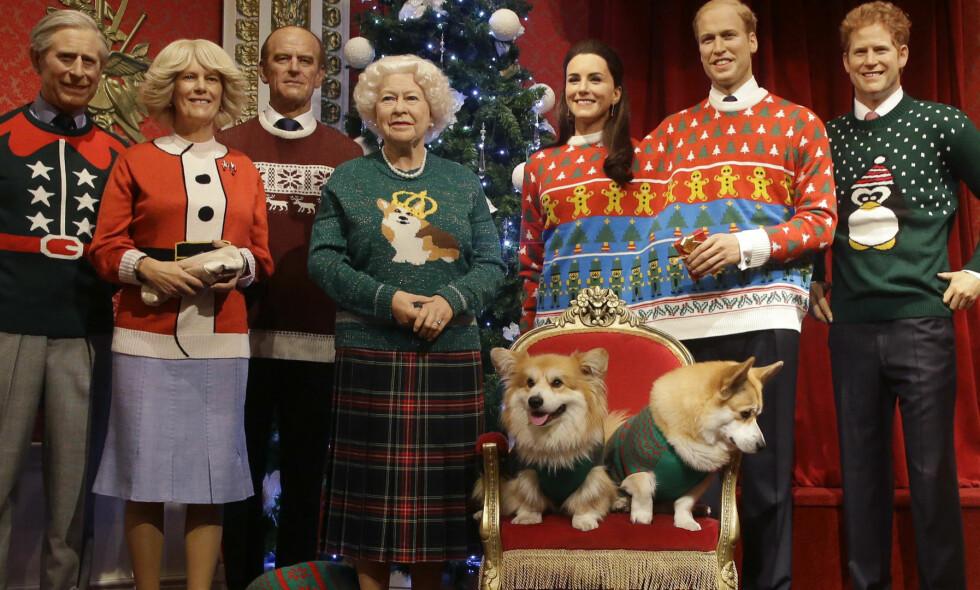 SE, SÅ FINE: Hele den britiske kongefamiliens voksdukker har fått nye antrekk til jul. Fra venstre ser vi prins Charles, hertuginne Camilla, prins Philip, dronning Elizabeth II, hertuginne Kate, prins William og prins Harry. Prosjektet har fått kongefamiliens velsignelse. På dronningas genser kan vi se favoritthunden hennes, en corgi. Foto: NTB scanpix