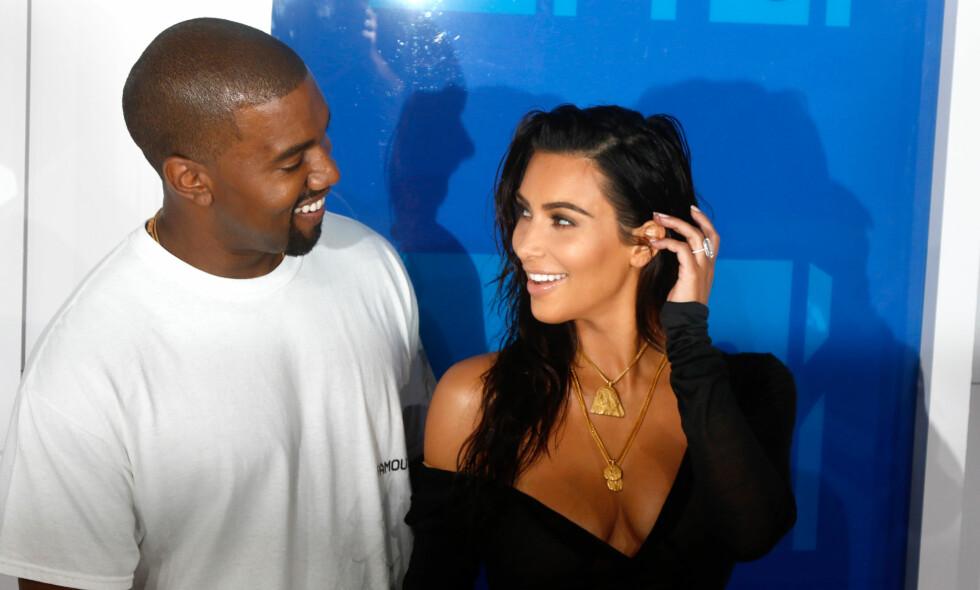 GLEDER SEG TIL 2017: Kanye West og Kim Kardashian har hatt et turbulent år, med økonomiske problemer, sykdom og det dramatiske ranet i Paris. Nå gleder de seg til et nytt år. Foto: NTB scanpix