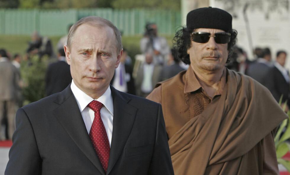 ENGANG VENNER: Russlands president Vladimir Putin på besøk til sin venn Moammar Khadhafi i Libya i 2008. Foto: AP / RIA-Novosti / NTB / Scanpix