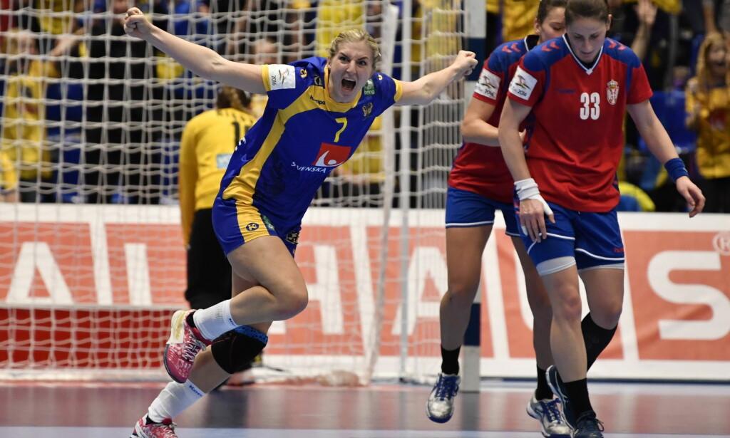 JUBLER: Linn Blohm ordner 30-29 til Sverige like før slutt. Foto: NTB Scanpix