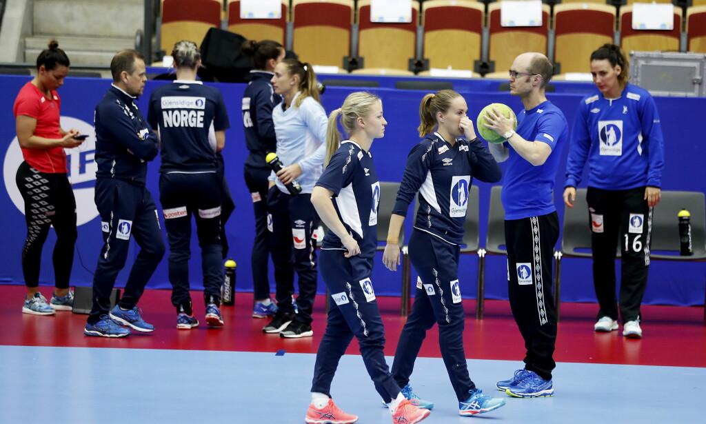 SPARES: Nora Mørk (helt til venstre) trener ikke sammen med laget. Dette for å spares til kamper. Foto: Bjørn Langsem / Dagbladet