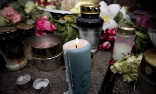 MINNESTED: Utenfor Wild Minnes skole er det tent lys, lagt blomster og minneord etter at Tone Ilebekk og Jakob Abdullahi Hassan ble drept. Foto: Tomm W. Christiansen / Dagbladet