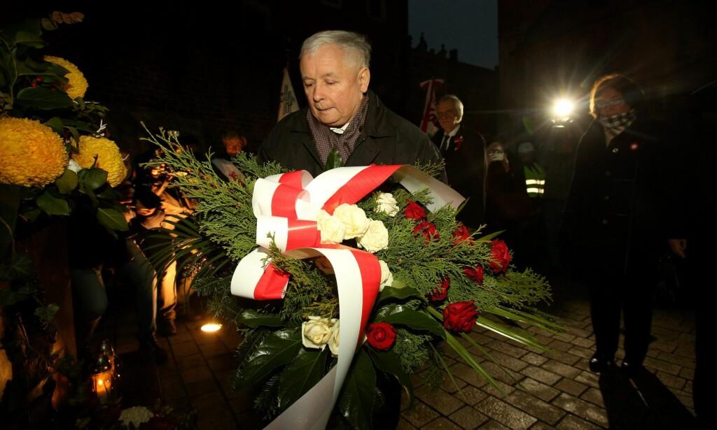 SEREMONIELL: Polens sterke mann Jaroslaw Kaczynski legger ned krans ved monumentet for den polske paven, Johannes Paul II, 11. november i år. Foto: EPA/STANISLAW ROZPEDZIK / NTB / Scanpix