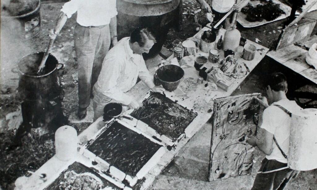 KUNSTLABORATORIUM: Giuseppe Pinot-Gallizio var vitenskapsmann og kunstner og passet perfekt til Jorns ideer om et eksperimentelt laboratorium for kunst. Her er Jorn, Gallizio selv og Giors Melanotte i aksjon, i Alba i 1955. Foto: ARCHIVIO GALLIZIO