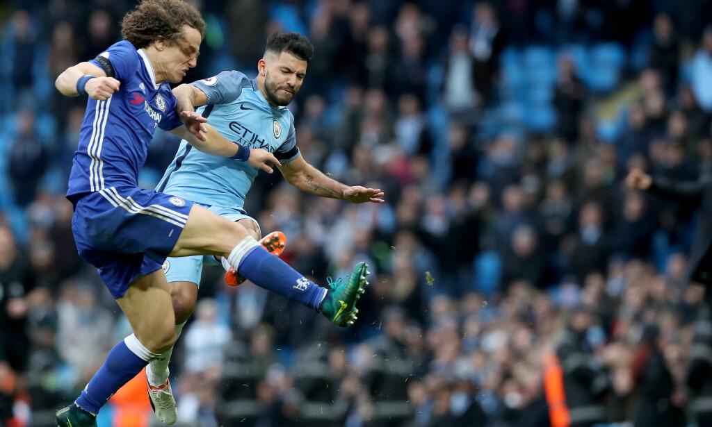 UTESTENGT: Sergio Agüero er utestengt i fire kamper etter denne skrekktaklingen på Chelseas David Luiz i Chelsea 3-1-seier på Etihad forrige helg. Foto: NTB Scanpix