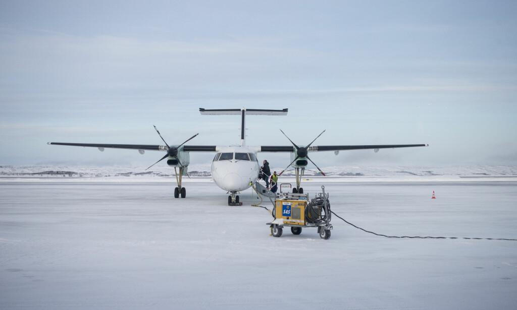 VÆRPROBLEMER: Dårlig vær skaper store problemer for flytrafikken i Finnmark. Dette bildet av et Widerøe-fly på Kirkenes lufthavn er tatt ved en tidligere anledning. Foto: Torstein Bøe / NTB scanpix