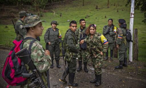 AVVÆPNES: FARC-soldater i en leir nær landsbyen Robles i Colombia. Soldatene skal nå legge ned våpnene og reintegreres i samfunnet. Foto: Jørn H Moen / Dagbladet