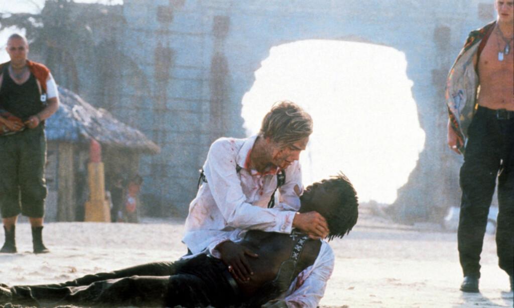 ENORME ØDELEGGELSER: I scenen der karakteren Mercutio, spilt av Harold Perrineau, døde, kan man se ødeleggelsene fra orkan i bakgrunnen. Foto: NTB scanpix