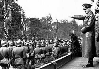 FORET SOLDATENE: Tyskprodusert metamfetamin skal ha vært svært flittig brukt blant tyske soldater under invasjonen av Polen. Her inspiserer Adolf Hitler tyske soldater i Warszawa i 1939. Foto: AP Photo/NTB scanpix