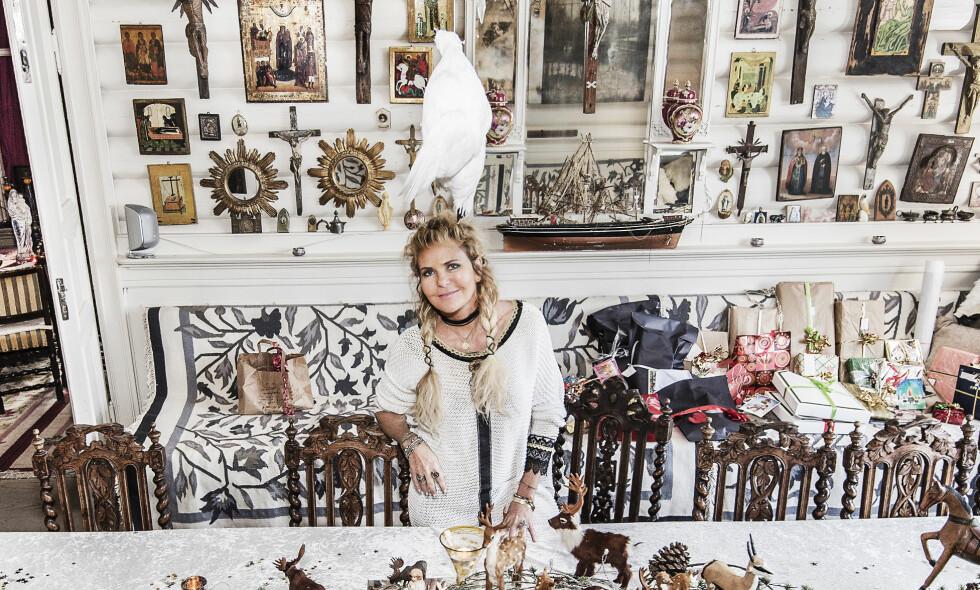 ART BASEL: Kunstner Elisabeth Werp forklarer at det er en sammenheng med måten hun bygger opp bildene sine, og måten hun dekorerer huset. Nylig hadde hun utstilling på prestisjetunge Art Basel-messen i Miami. FOTO: Hans Arne Vedlog / Dagbladet