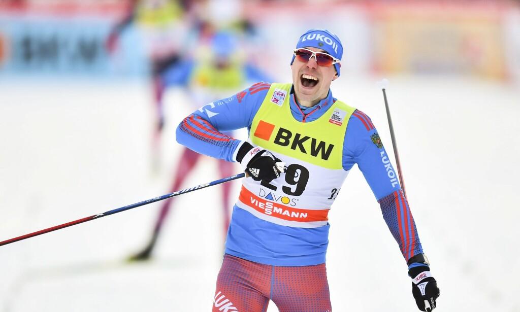 PEKTE PÅ NUMMERET: Sergej Ustjugov var noen små hundredeler unna å ryke ut i prologen i dag. I stedet herjet han med de andre og vant sprinten. <br>Foto: EPA/GIAN EHRENZELLER/ NTB Scanpix