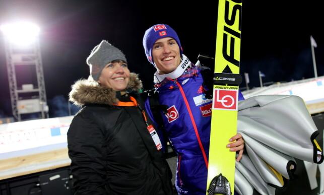 RINGSIDE: Trude Tande følger sønnen Daniel-André Tande for første gang i Hoppuka. Dette bildet er fra Lillehammer tidligere i år. Foto: Geir Olsen / NTB Scanpix