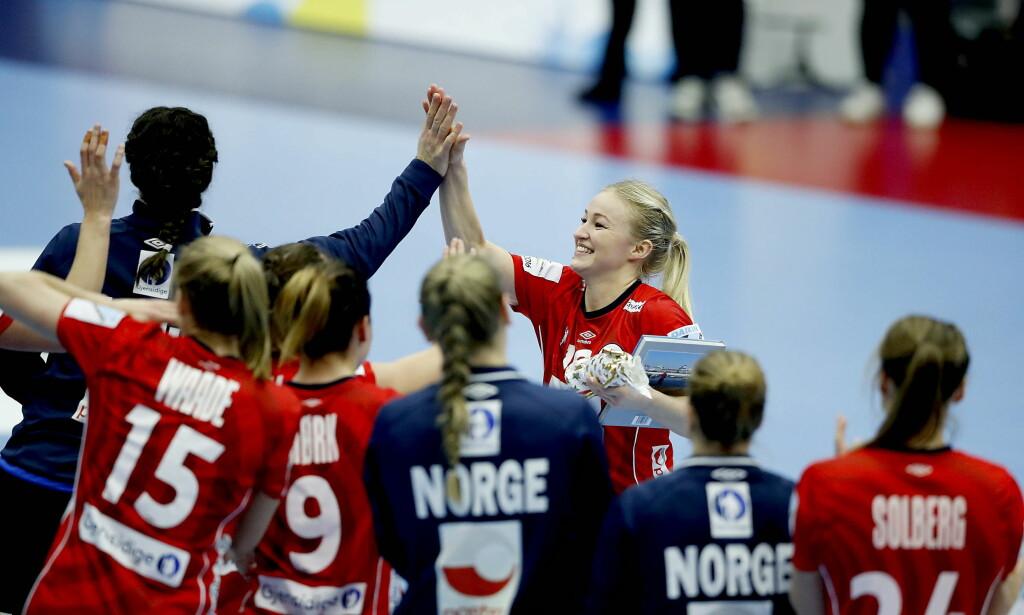 BANENS BESTE: Stine Bredal Oftedal fikk prisen som bevis på god innsats etter seieren mot Danmark. Foto: Bjørn Langsem / Dagbladet