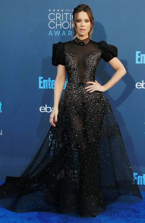 STRÅLTE: Kate Beckinsale kom i en kjole fra Reem Acra. Foto: Scanpix
