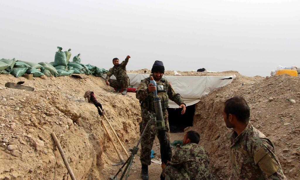 KRIGER: Afghanske sikkerhetsstyrker kjemper mot Taliban i Helmand-provinsen i Afghanistan 24.november i år. Foto: EPA / NTB Scanpix