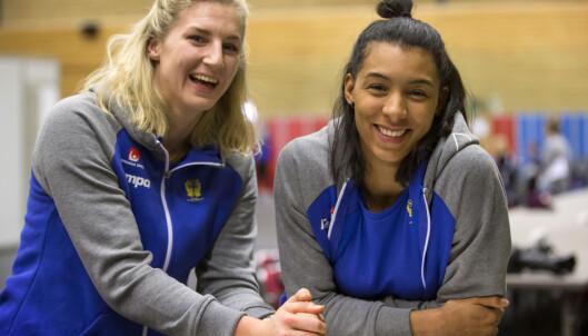 LAGVENNINNER: Jamina Roberts (t.h.) sammen med Linn Blohm før kampen mot Nederland lørdag. Foto: Thomas Johansson / TT / NTB Scanpix