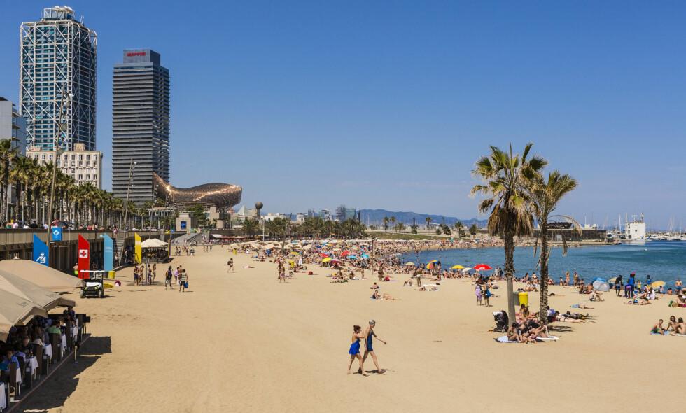 En time mindre: På spansk radio er det vanlig å spille sangen «Una hora menos en Canarias» («En time mindre på Kanariøyene») når den lokale tiden nevnes. Dette er et bilde fra Barceloneta beach i Barcelona. Foto: NTB Scanpix