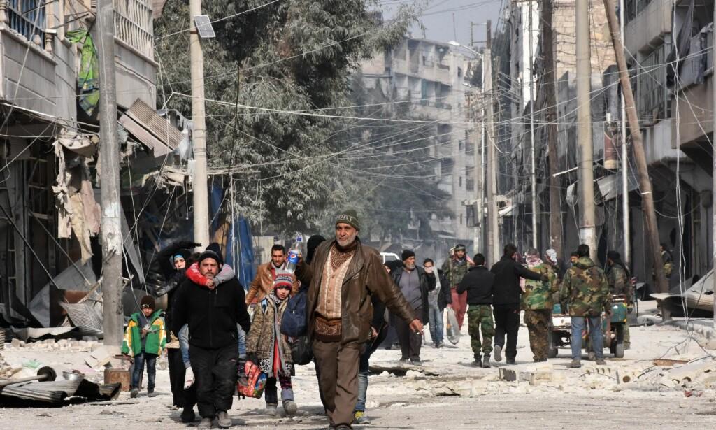 PÅ FLUKT: Siden juli har et par hundre tusen innbyggere i Øst-Aleppo vært avsondret fra verden. Den siste uka har de sivile syrerne flyktet, mens Bashar al-Assads regjeringssoldater, russiske fly og en rekke andre grupper har utført voldsomme angrep for å ta tilbake kontrollen over Øst-Aleppo. WHOs Elizabeth Hoff har hatt travle dager, med å koordinere nødhjelpsarbeidet og forsøke å få ut skadde sivile. Foto: George Ourfalian / Afp / Scanpix