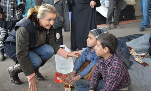 I FELTEN: Elizabeth Hoff prater med to syriske gutter som har ankommet Al-Mahalej-leiren i Aleppo, som huser mer enn 10 000 syriske flyktninger. Foto: WHO