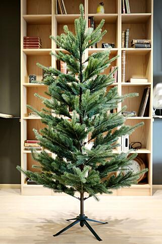 TREET FRA IKEA: Fejka er det enkleste treet å ha med å gjøre. Og så drysser det ikke. Foto: Ole Petter Baugerød Stokke