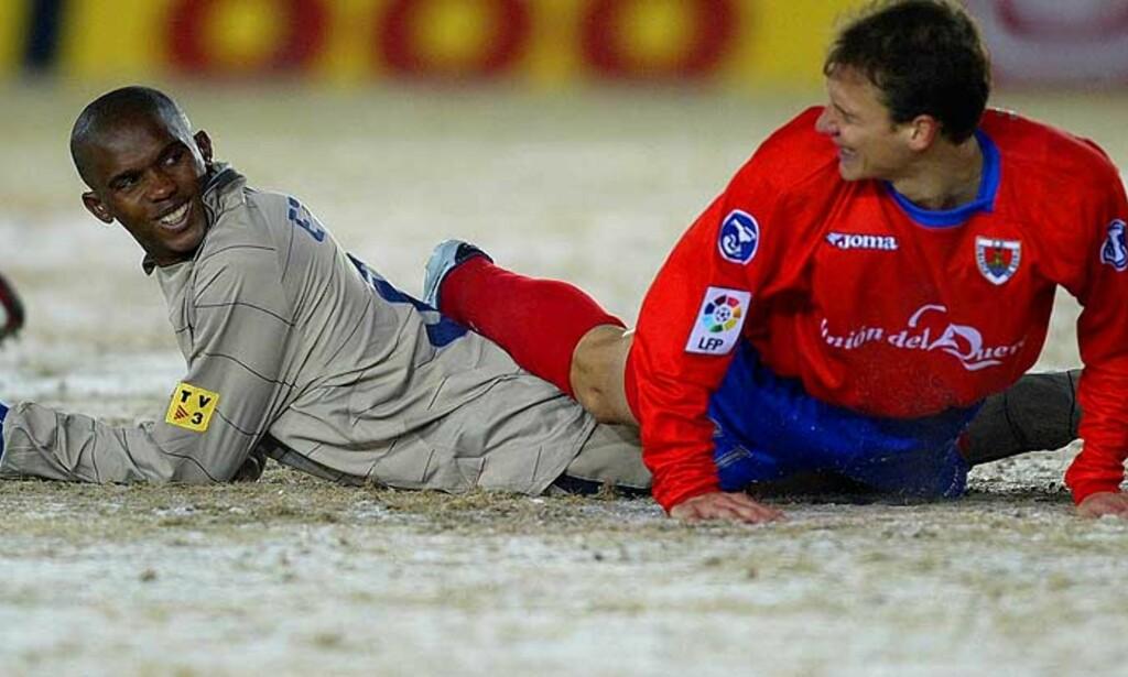 ETO\'O PÅ ISEN: Barcelonas toppscorer Samuel Eto\'o koser seg på isen sammen med Numancias Juan Pablo de Miguel. Foto: Reuters