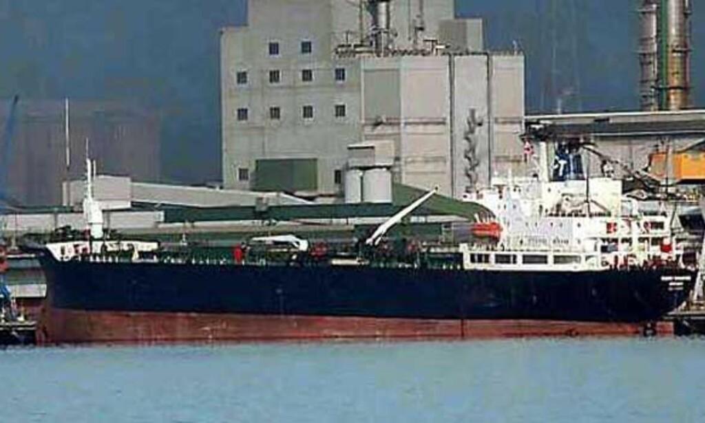 """BRENNER I KVELD: Det norske tankskipet """"Fjord Champion"""". Mannskapet er nå evakuert. Foto: Shipspotting.com"""