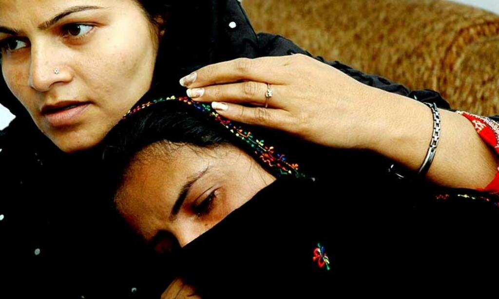 SKUFFELSE: Mukhtar Mai blir trøstet av en slektning etter at en ankeinstans denne måneden omgjorde dødsdommen mot mennene som voldtok henne. Nå er begge parter innkalt til en ny høring. Foto: SCANPIX/AP