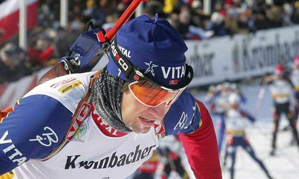 INGEN OVER: Med andreplassen på gårsdagens fellesstart i Khanty-Mansijsk gikk også Ole Einar Bjørndalen helt til topps i den totale verdenscupen. Og han er selvsagt veldig stolt over sine fire VM-gull fra Hochfilzen. Foto: Sergei Karpuhkin/Reuters/Scanpix