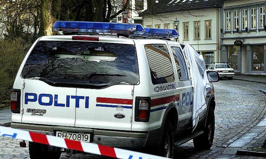 DREPT:  I denne politibilen satt Stavanger-politiets operative uteleder Arne Sigve Klungland da ransmannen, som holdt et gissel, fyrte løs mot kjøretøyet. Klungland ble drept momentant. Foto: Jan Tore Glenjen, Stavanger Aftenblad/Scanpix