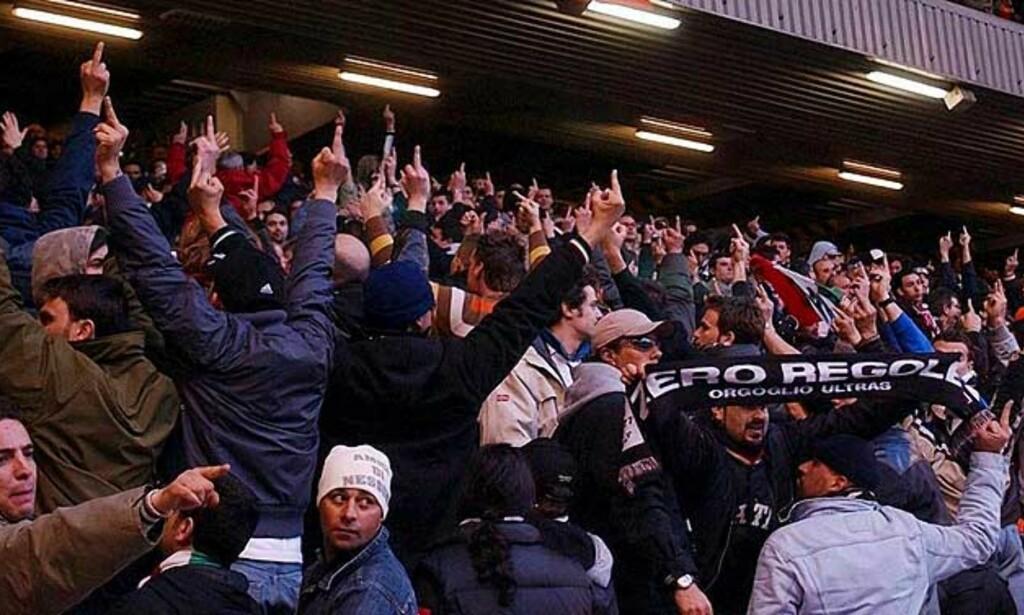 VISTE FINGER\'N: Juventus-fans snudde ryggen til resten av stadion. Foto: EPA