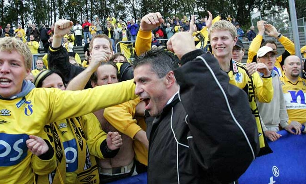 JUBEL I GULT: Erik Solér og publikum jublet da Start sikret seg opprykk i fjor. Men supporterne på Sørlandet må betale aller mest for å kle seg opp. FOTO: ARNT E. FOLVIK