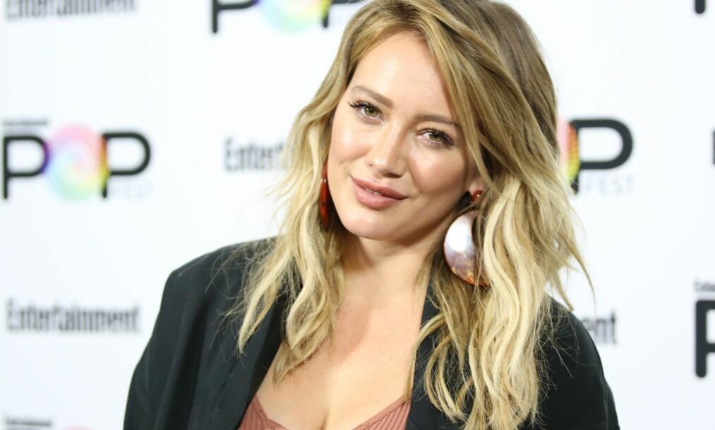 SVARER KRITIKERNE: Etter at Hilary Duff la ut et bilde på Instagram, der hun kysser sønnen sin, har skuespilleren fått flere hundre kritiske tilbakemeldinger. Foto: NTB Scanpix