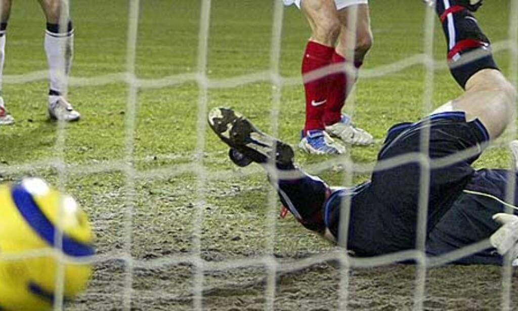 MOT GAMLEKLUBBEN: Spør Arni Gautur Arason hvordan det er å slå RBK? Det har han gjort mange ganger på rad... Foto: SCANPIX