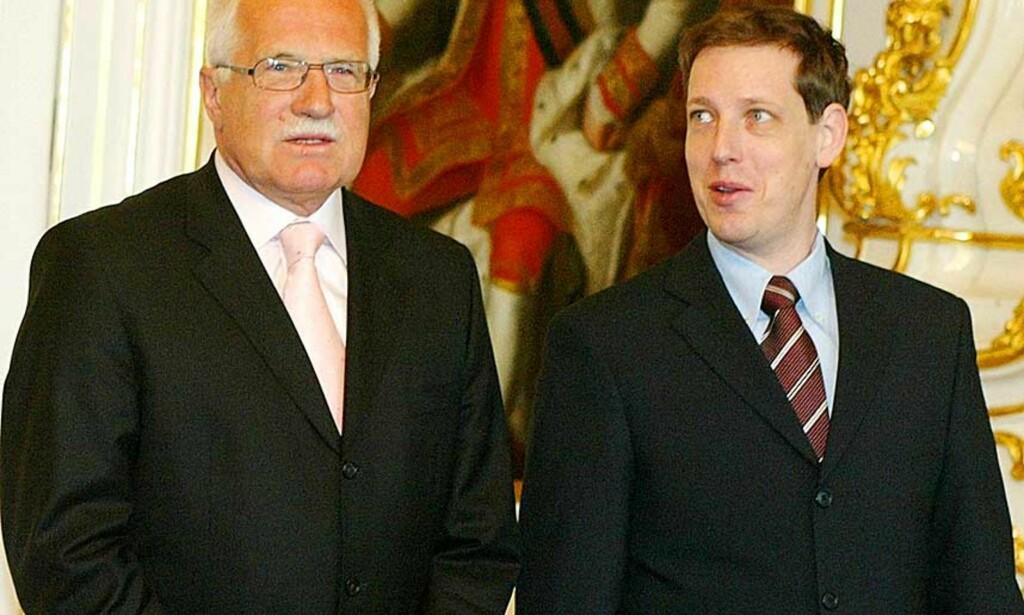 FELT AV LUKSUS:  Statsminsiter Stanislav Gross (t.h.) trakk seg i dag. Her sammen med Tsjekkias president,  Vaclav Klaus. Foto: SCANPIX/AP