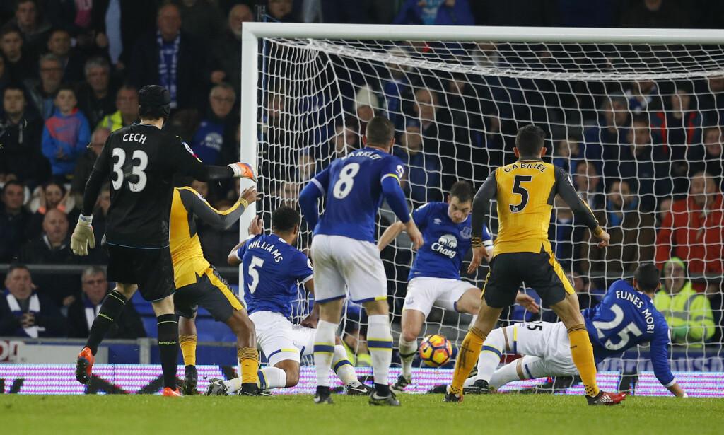 DRAMA: Så nært kom Arsenal en utlikning, men Leighton Baines sto på streken og klarerte. Foto: Reuters / Phil Noble Livepic / NTB Scanpix