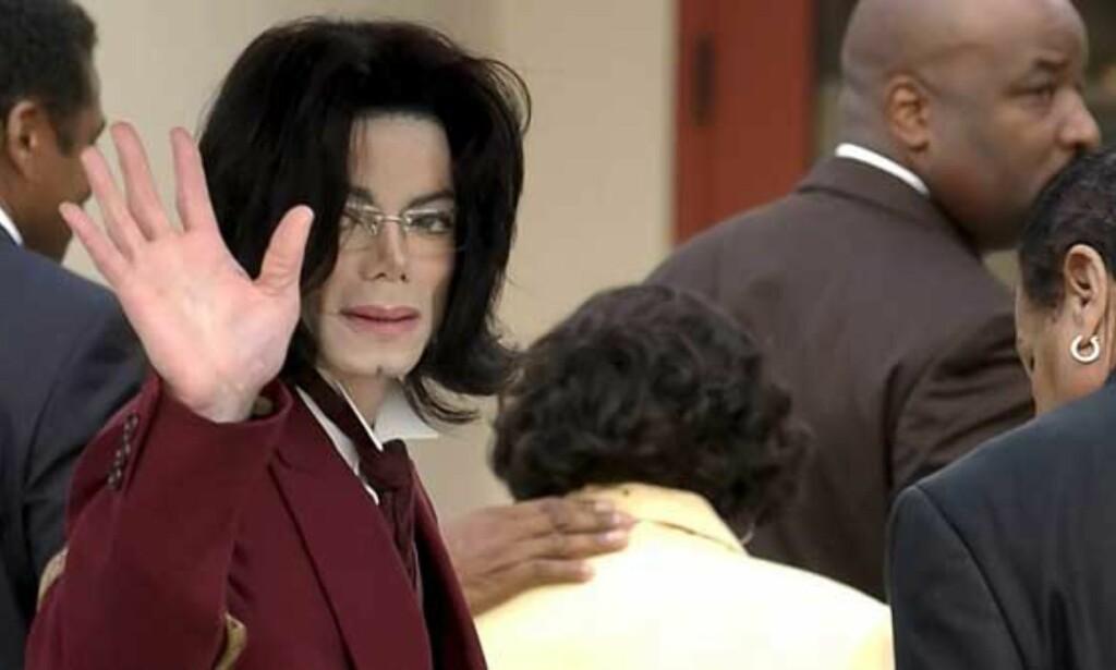 PÅ VEI INN I RETTEN: Michael Jackson på vei inn i retten i går kveld norsk tid sammen med mamma Katherine og pappa Joe. Det er dag nummer 40 for Jackson. Som vanlig vinket han til fansen før han gikk inn. Det er stor spenning knyttet til at eks-kona Debbie Rowe kan innta vitneboksen i kveld. Foto: SCANPIX