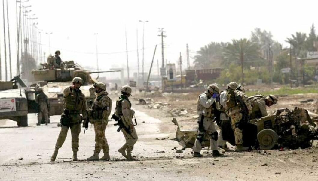 <strong><b>UNDERSØKER BILVRAK:</strong></b> Amerikanske soldater, Abu Graib, 30. mars 2005. Foto: EPA/ALI HAIDER