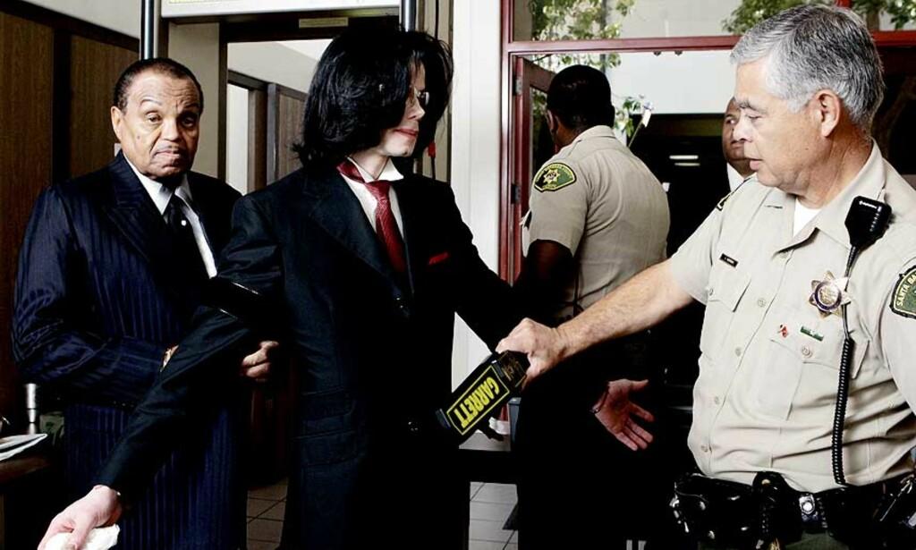 PÅ TILTALEBENKEN: Michael Jackson og pappa Joe (til venstre) på vei inn til retten i dag. Foto: SCANPIX/REUTERS