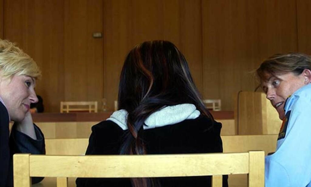 BESKYTTES: Væpnede politimenn passet på 17-åringen i retten denne uka. Hun frykter for sitt liv etter at hun brakte skam over familiens ære. Foto: OLIVER ORSKAUG