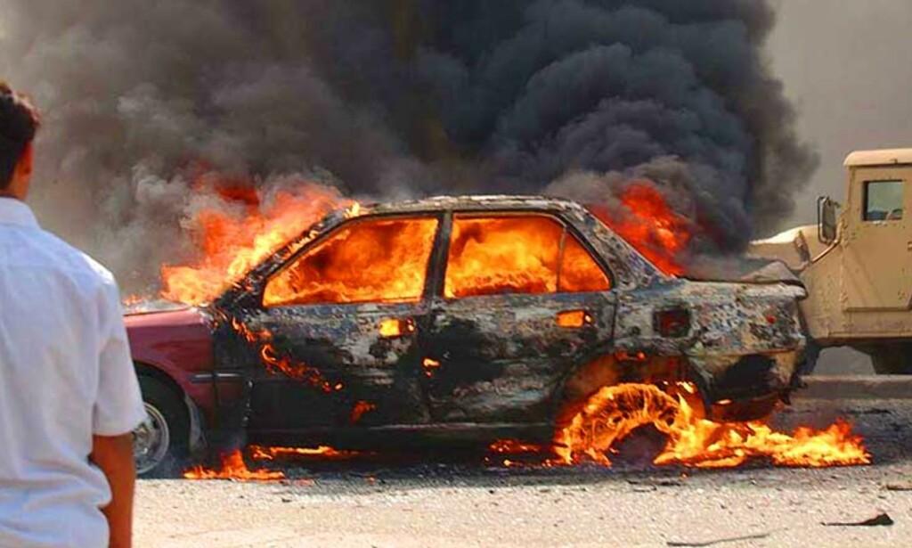 SPRENGTE SEG I LUFTA:   I går sprengte en selvmordsbomber seg selv i denne bilen i Iraks hovedstad. Han tok med seg to i døden og flere ble skadd. Foto: SCANPIX/AP