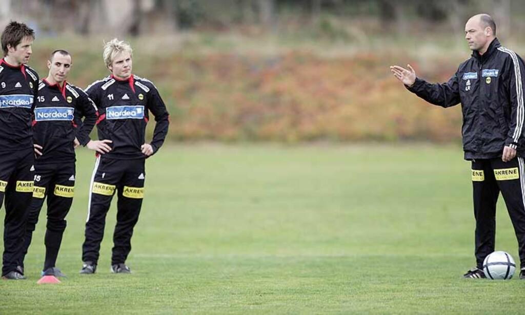 DAG OG NATT: LSK-trener Uwe Rösler håper spillerne er skamfulle etter tapet 16. mai. Her gjennomføreren tyskeren en økt på dagen. Foto: SCANPIX