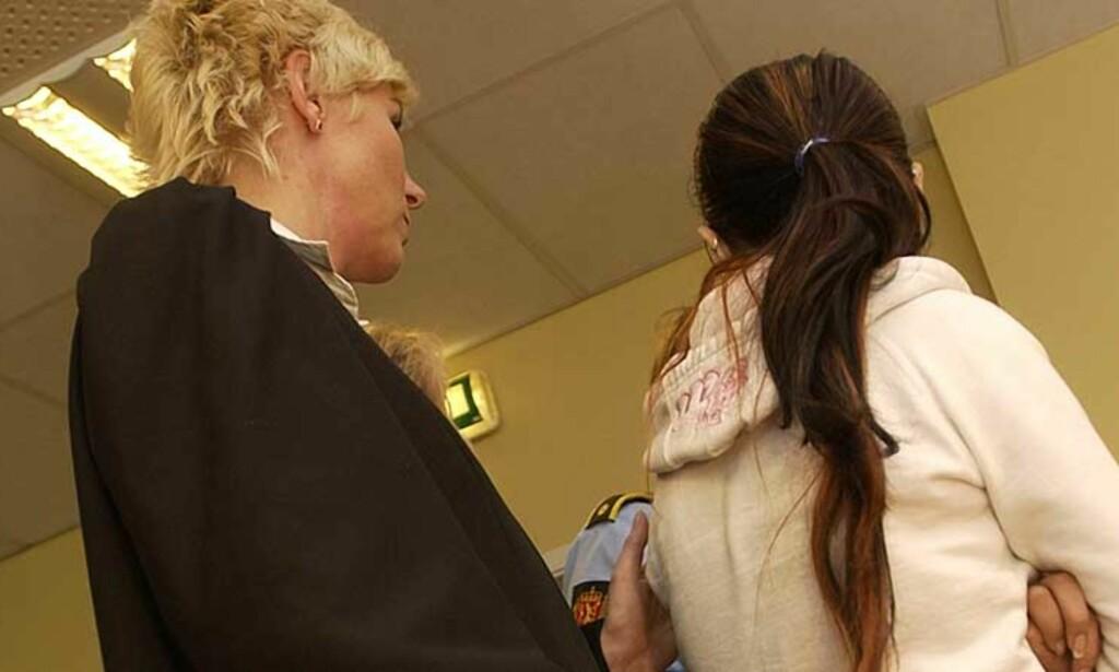 TRUET AV FAMILIEN: Bistandsadvokat Monica Lindbeck (t.v) snakker med 17-åringen i en rettspause sammen med en polititjenestekvinne. Sted er Drammen tingrett. Foto: OLIVER ORSKAUG