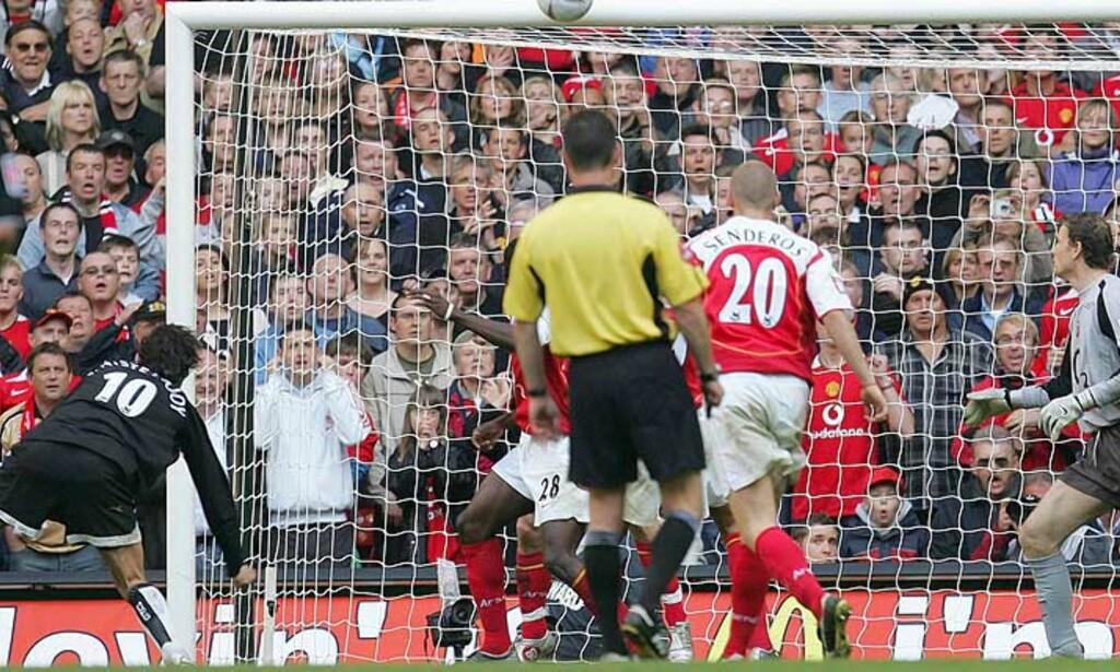STOLPE UT: Ruud van Nistelrooy traff tverrliggeren da Manchester United tapte Fa-cupfinalen mot Arsenal. Nå hevder ei avis at nederlenderen vil forlate Old Trafford. Foto: SCANPIX/AP