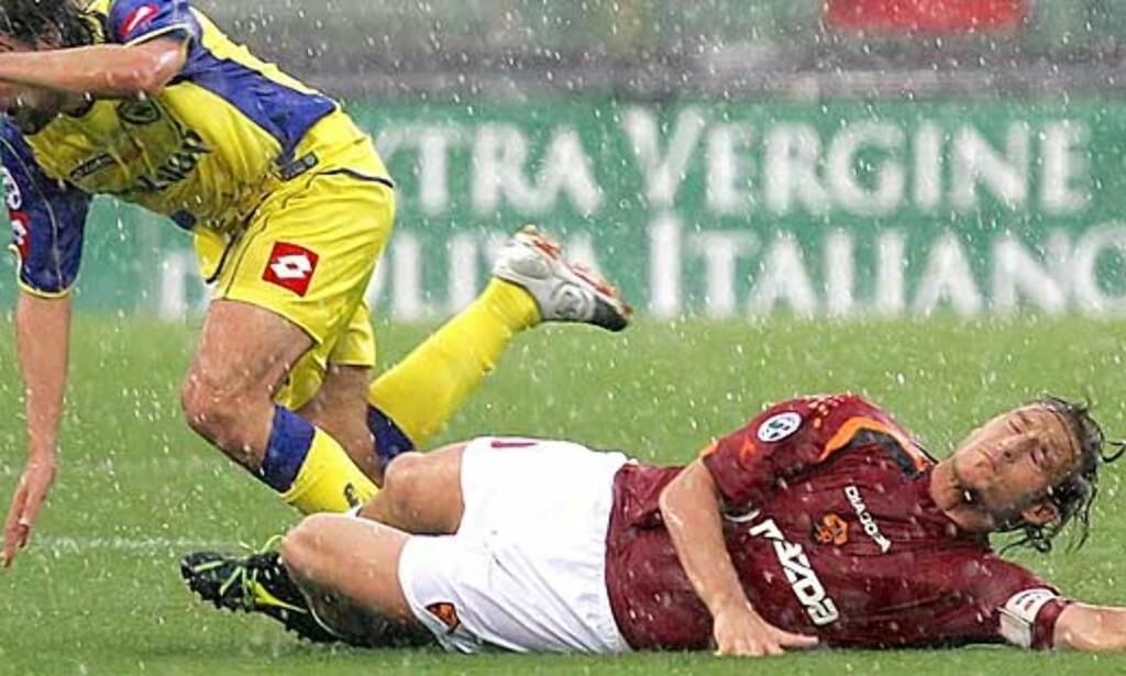 VRAKET: Roma-spiss Francesco Totti får forklaring av landslagstrener Marcelo Lippi.