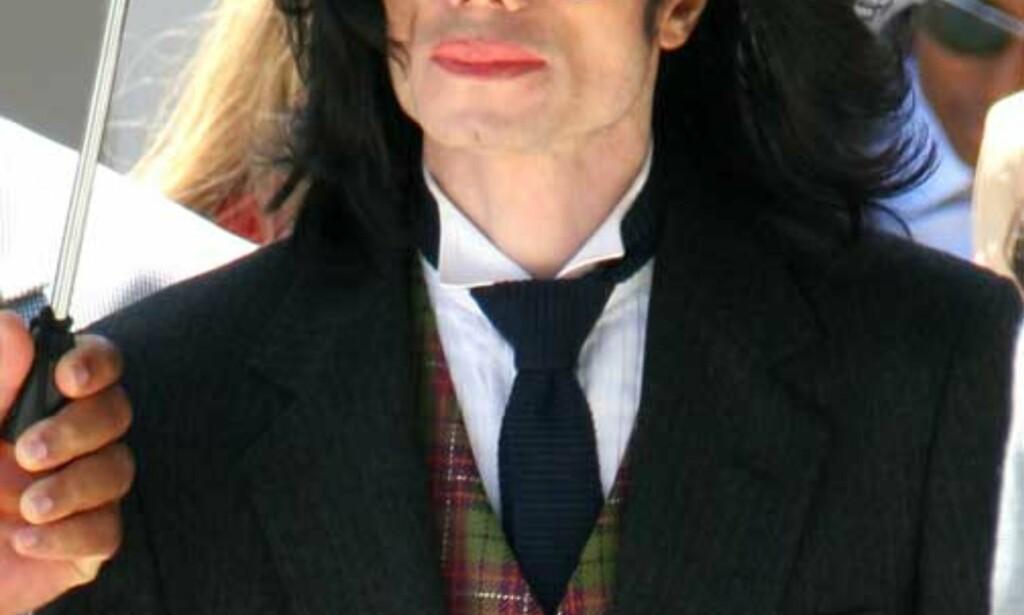 HARDT PRØVET: Michael Jackson forlater rettslokalene i Santa Maria i går. FOTO: AP/REUTERS