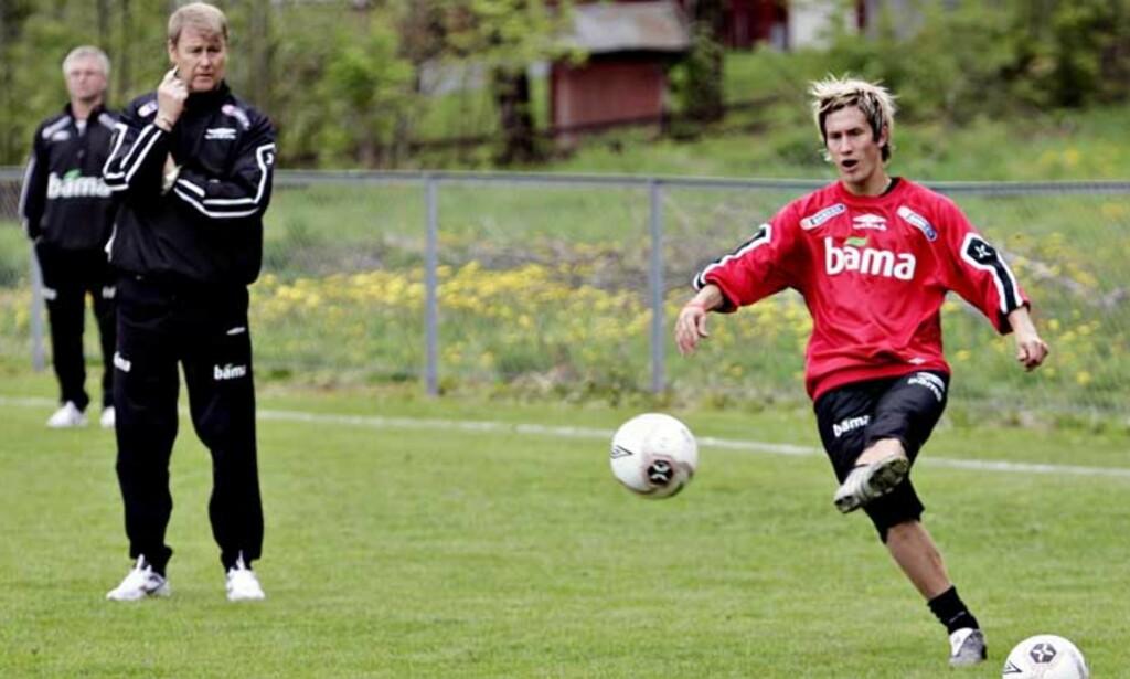 OM OG OM IGJEN: Morten Gamst Pedersen slår innlegg etter innlegg på treningene. Åge Hareide studerer teknikken. Foto: ALEKSANDER NORDAHL
