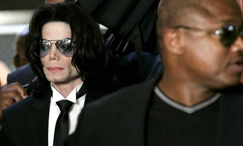 FRIKJENT: Blek men fattet kunne Michael Jackson gå ut av rettsbygningen som en fri mann. Foto: Scanpix